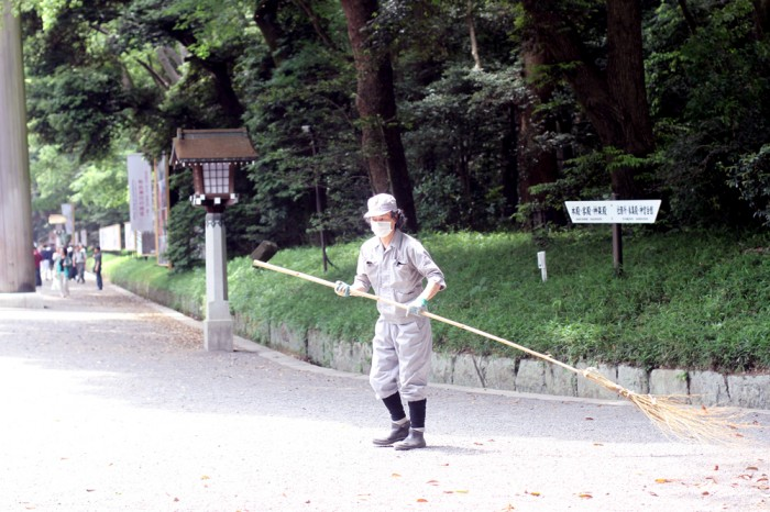 There were ground-keepers around the tourist areas to keep the areas tidy