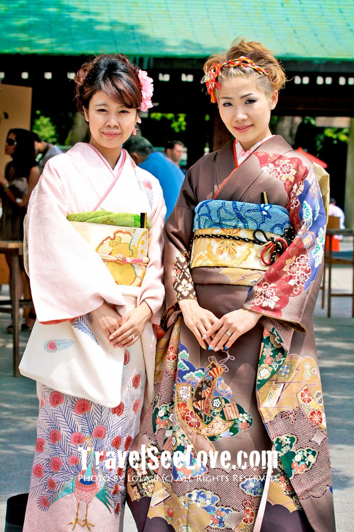 These two young ladies were so pleasant and obliged me taking their photo. How beautiful :)